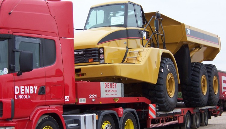 Caterpillar machine loaded with a step frame trailer