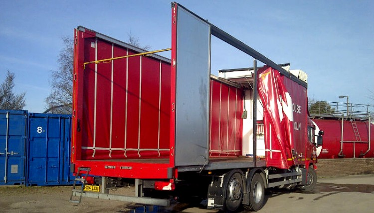 Rigid lorry - sliding roof, rear and side access for multiple loading options